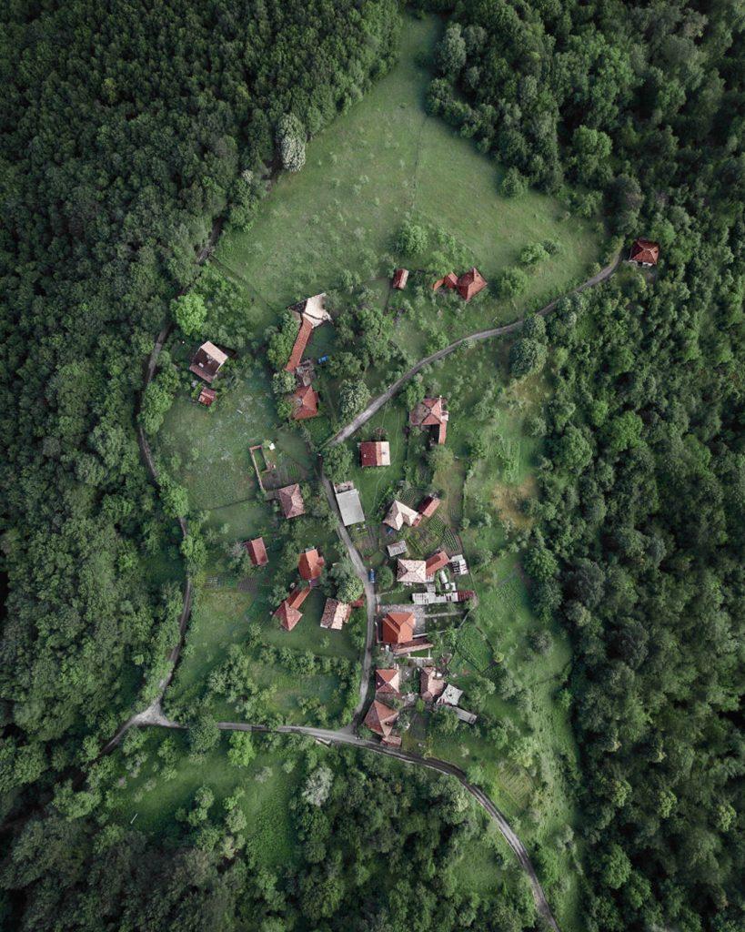 Къщи на хълм до Трявна